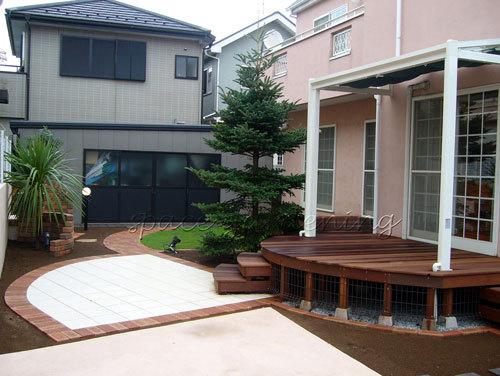 ナチュラル新築庭 洋風庭園 ウッドデッキ タイルテラス アプローチ