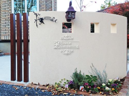 ナチュラル新築外構 門柱 角柱 塗り壁 飾り窓