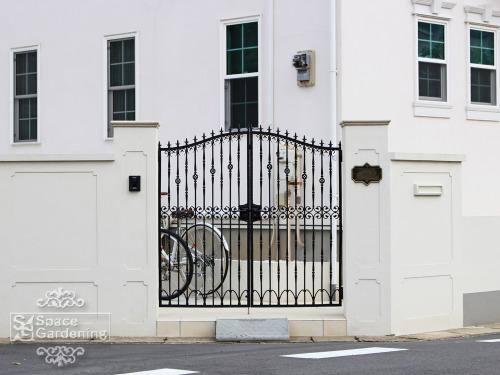 ナチュラル新築外構 セミクローズ外構 洋風 門まわり 門柱 門扉
