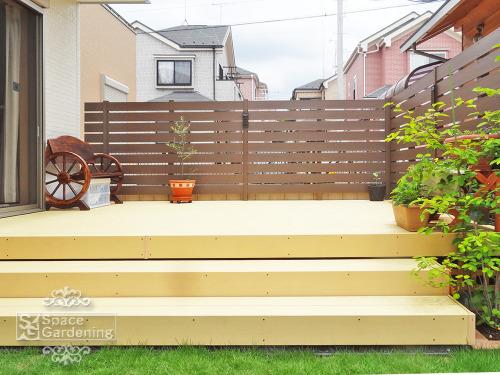 ナチュラル新築庭 ウッドデッキ 樹脂 LIXIL TOEX 樹ら楽(きらら)ステージ 目隠しフェンス