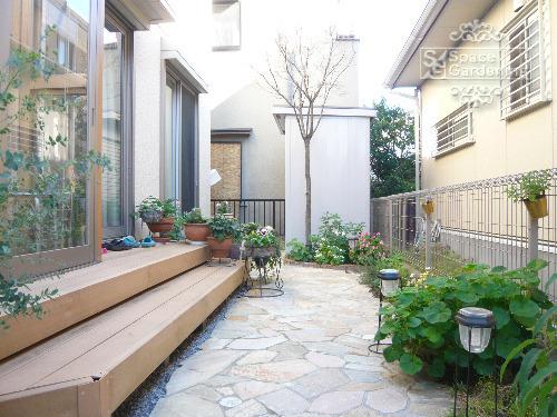 庭 アプローチ 石貼り 花壇