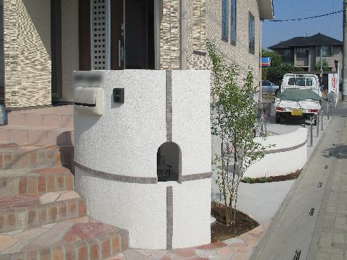 ナチュラル新築外構 門柱 塗装 モザイクタイル