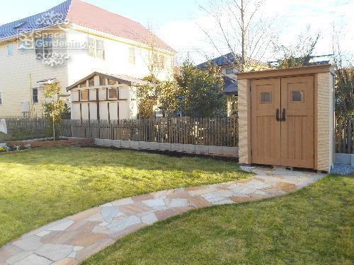 ナチュラル新築庭 物置 ディーズガーデン カンナフォルテ アプローチ 天然芝