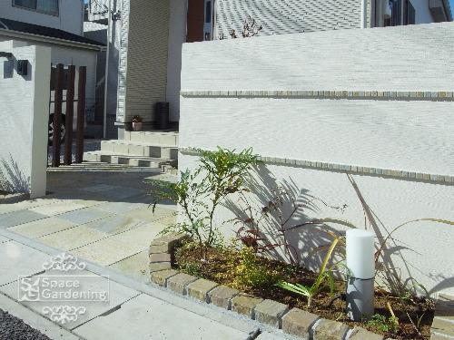 飾り壁 モザイクタイル アプローチ 植栽