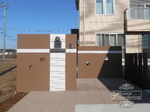シンプル新築外構 門柱 塗装 タイル