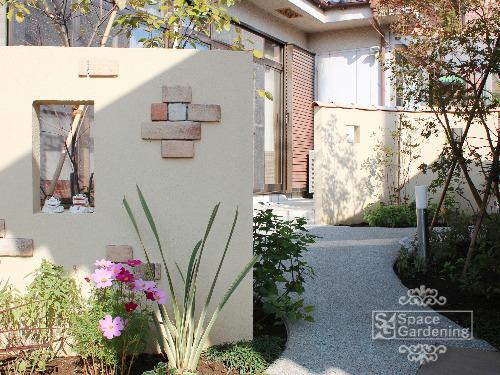 庭 アプローチ デザイン壁