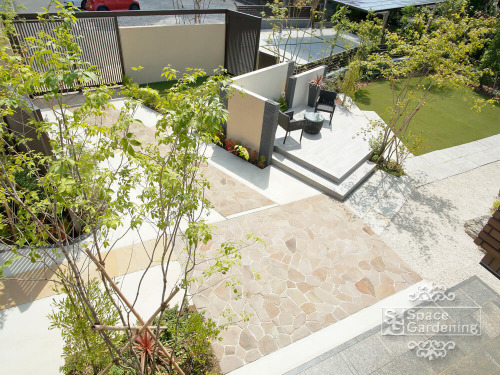 庭 アプローチ 自然石 乱形貼 ジャワストーン 植栽
